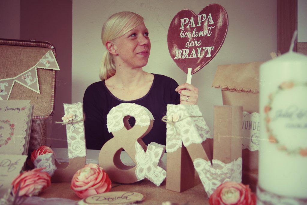 Das Bild zeiht Julia mit ihren selbstgebastelten Produkten für die Hochzeitsdeko.