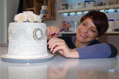 Annina König ist eine echte Tortenkünstlerin. Hier ist sie mit ihrer spitzenbesetzten Hochzeitstorte.