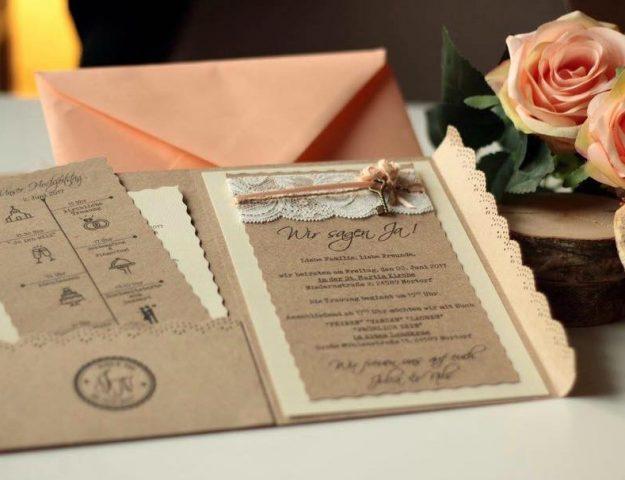Die Einladungskarten sind mit einer kreativen Timeline versehen.