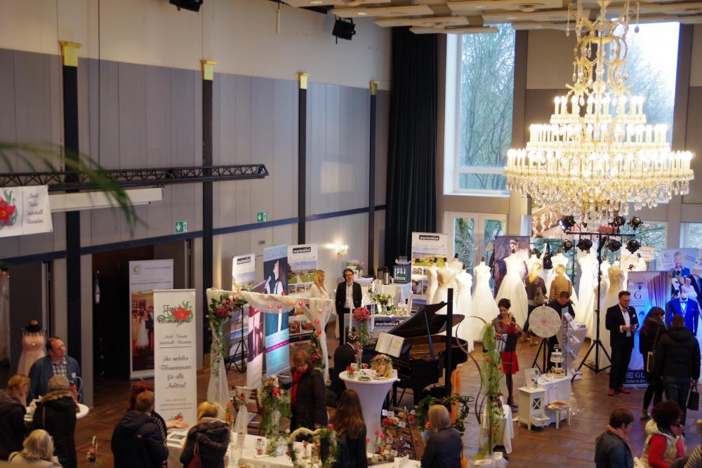Der Kronleuchter passt perfekt ins romantische Ambiente im Kieler Schloss für die Hochzeitsmesse in Kiel.