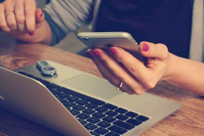 Laptop und Handy am Schreibtisch