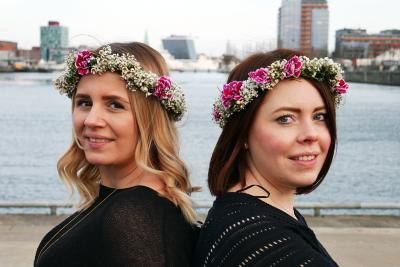 Die beiden Freundinnen vom Träumwerk verkaufen Vintage Brautkleider in Kiel.