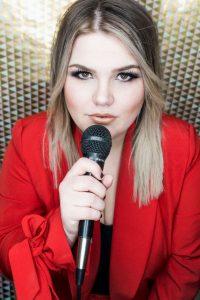 Hochzeitssängerin Jennifer Hans mit Mikrofon