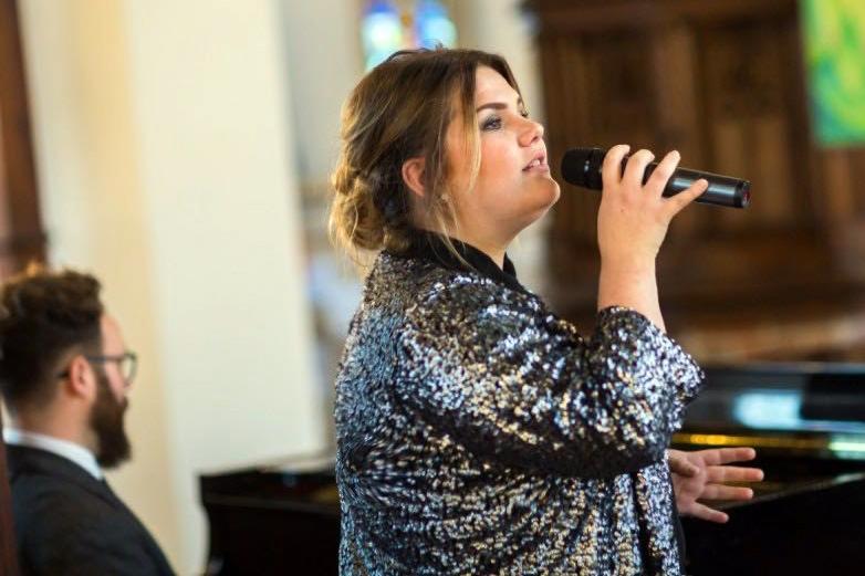 Hochzeitssängerin Jennifer Hans singt in der Kirche
