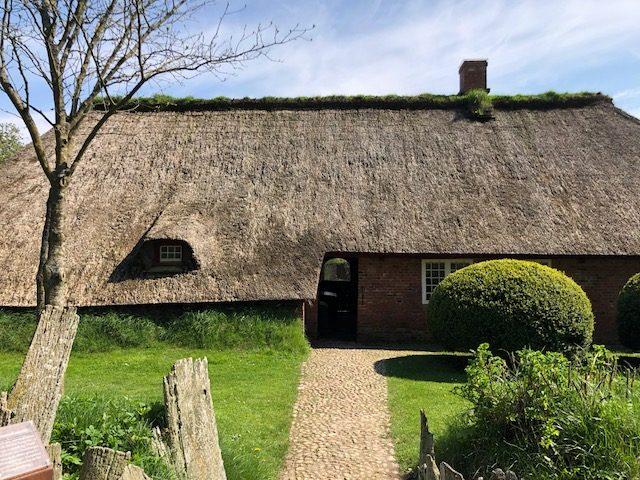 Das Reetdachaus Olesen gilt als das äöteste Haus Nordfrieslands.
