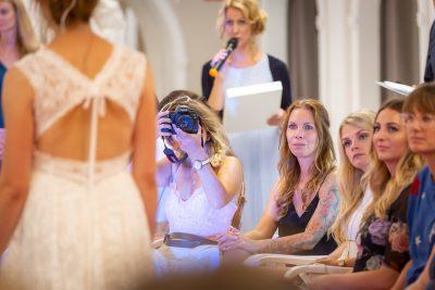 12becfe2a0e Brautkleid-Fashionshow. Laue Festgarderobe präsentiert Trends 2019
