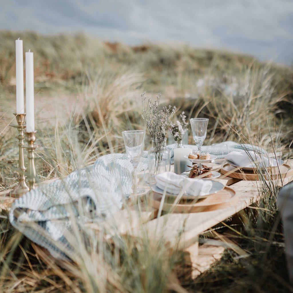 Picknick Tisch zwischen den Dünen